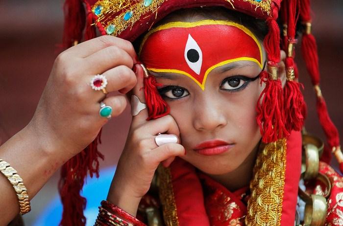 Подготовка образа кумари. Фото: thejakartapost.com