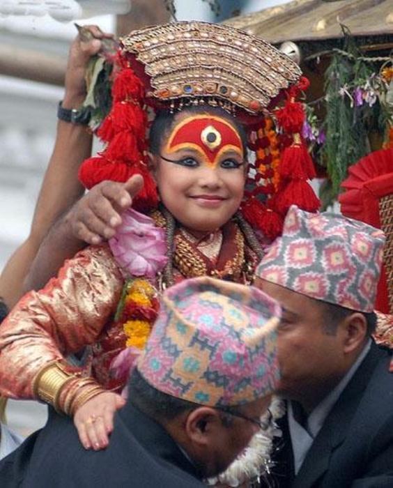 Богиня кумари никогда не ступает по земле, ее переносят в специальных носилках. Фото: thingsasian.com