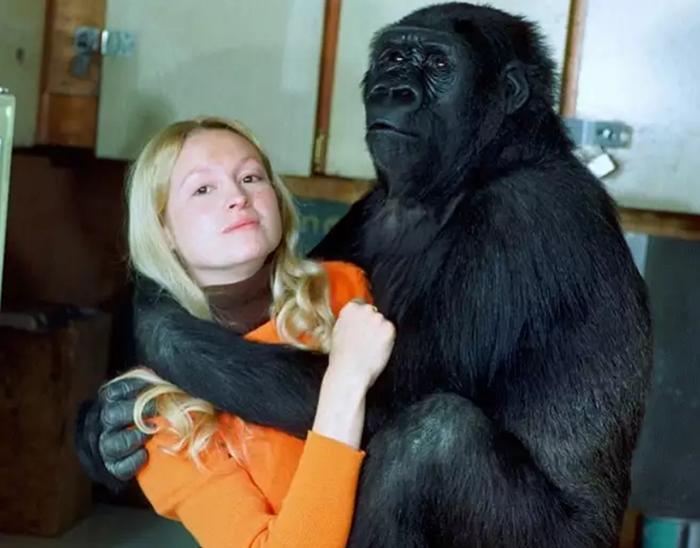 Коко позирует на камеру вместе с Пэнни.