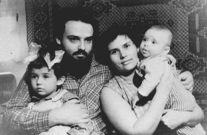 Александр Мень с женой и детьми. / Фото: www.alexandrmen.ru