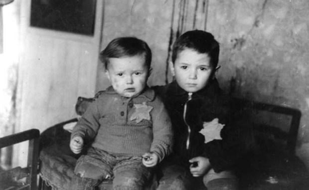 Детей заставили пришить себе на одежду шестиконечные звёзды. /Фото:jewish.ru
