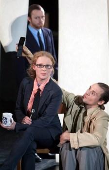 Gelungene Premiere: Die UdK-Schauspielstudentin Georgia als kühle Bankerin während des Auftritts.
