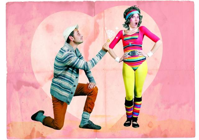 Cynthia Buchheim (als Fitnesstrainerin Jutta) mit ihrem Theaterkollegen und festen Freund Daniel Zimmermann (als Üwele). Foto: Janina Heppner, Grafik: Ivonne Schulze