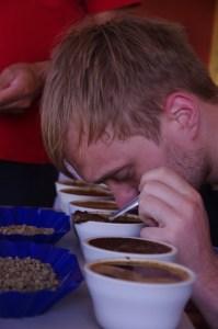 Joachim bestimmt das Aroma eines Kaffees.