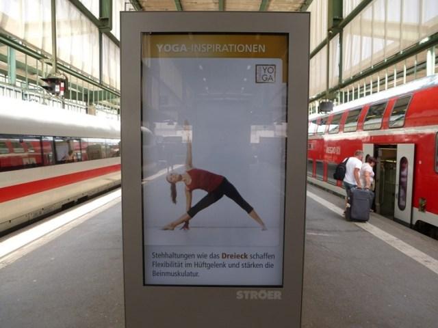 Asanas auf dem Bahnhof in Stuttgart