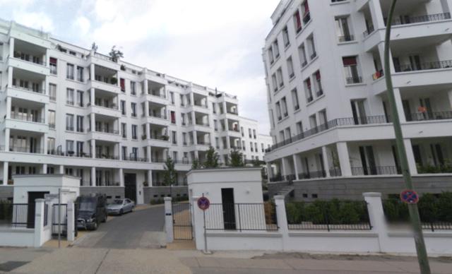 Tore und Zäune um eine Loftwohnanlage im Berliner Stadtteil Friedrichshain
