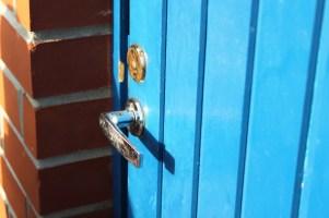 Sininen ovi. Ei taida johtaa Tardikseen
