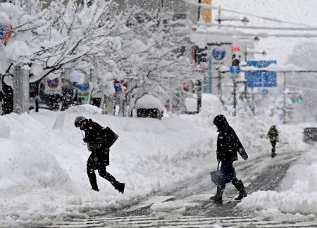 大雪の影響、10人が死亡   熊本日日新聞社