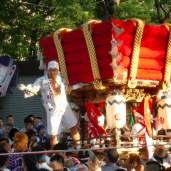 太鼓台が出門し、夏祭りの始まりを告げる
