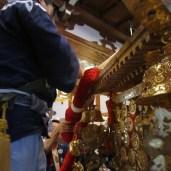 川行から戻った神輿に装飾を施していく