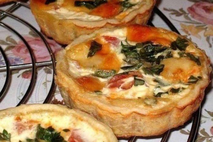 Тарталетки с помидорами и сыром