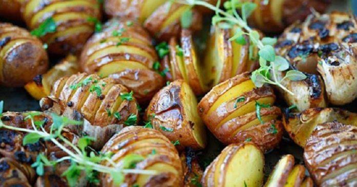 Картофель, запеченный с чесноком и зеленью