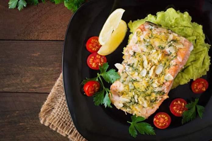 Запеченный лосось с картофелем и горошком