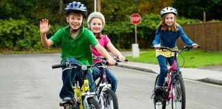 дети катаются на велосипеде