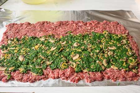 Мясной рулет со шпинатом и грибами