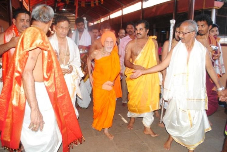 News_Pejavara shree honor at Kumbashi4