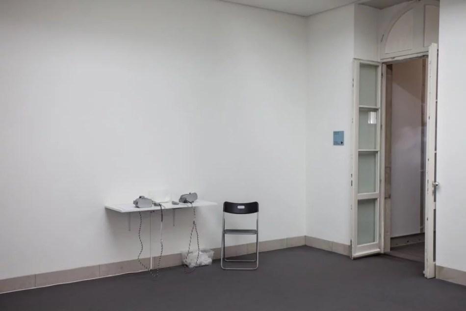 Zu sehen ist eine Ansicht der Arbeit Who Guards the Museum von Tzusoo in der Galerie Stadt Sindelfingen.