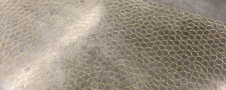 Ignacio Uriarte: Rubber Band Carpet, 2012, Bodeninstallation aus Gummiringen, variable Dimensionen im Kunstmuseum Reutlingen konkret in der Ausstellung Verwaltungsakte