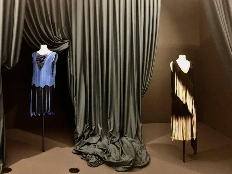 Zwei Kleider aus den 1920er-Jahren, darunter ein Charleston- und ein Abendkleid.