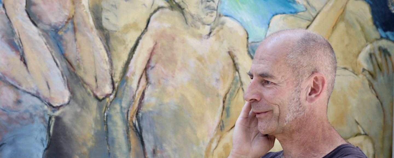 Der Künstler Ralf Ehmann vor seinem Gemälde im Atelier, Foto: ©Sara Heinzelmann-Wilhelm.
