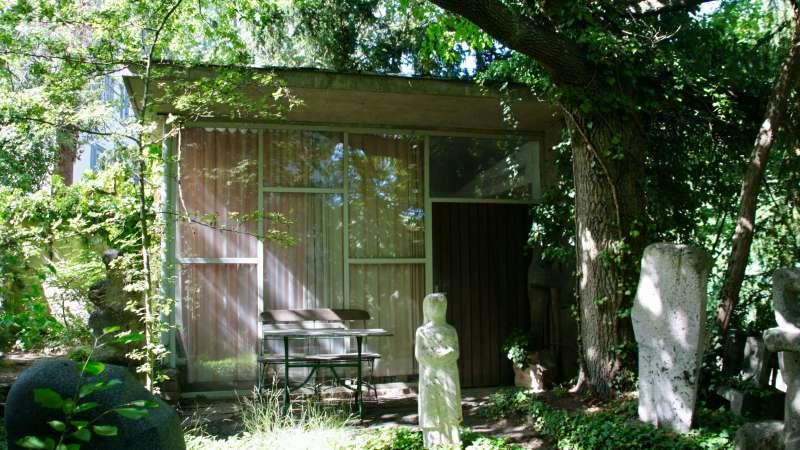 Blick auf ein Atelierpavillon im Skulpturengarten, Ugge-Bärtle-Haus©. Foto: Sara Heinzelmann-Wilhelm.