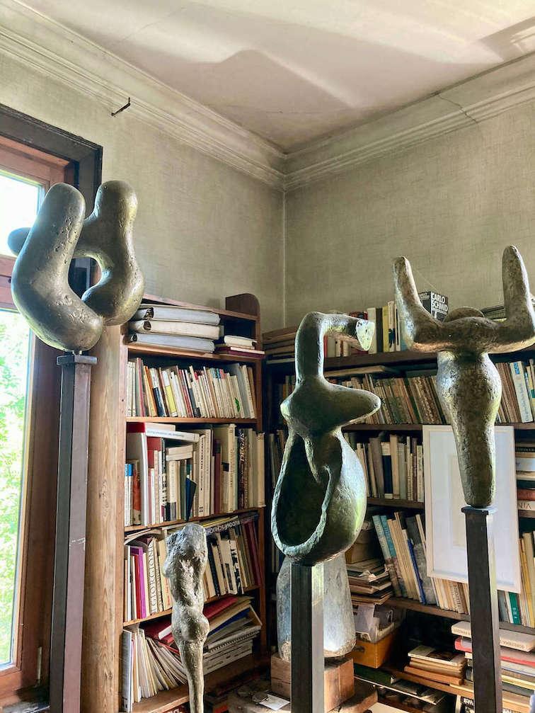 Plastiken von Ugge Bärtle mit Blick in das Bücherregal, Ugge-Bärtle-Haus©. Foto: Sara Heinzelmann-Wilhelm.