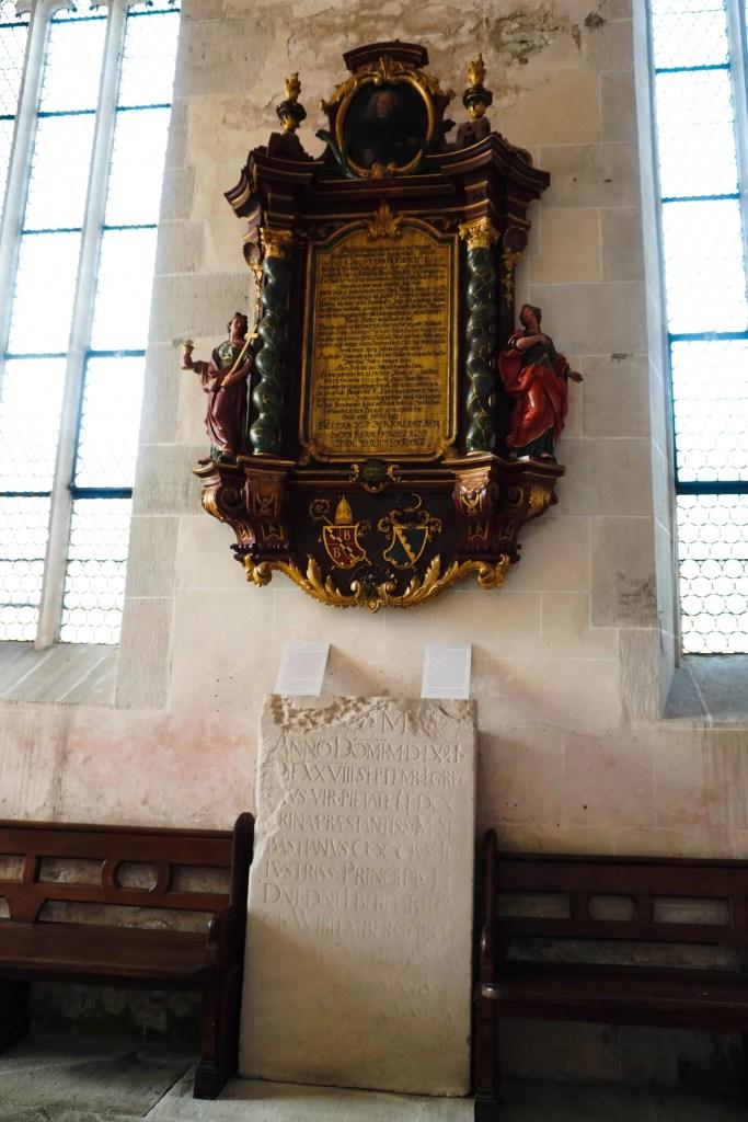 Nebeneinander der Epochen: Die Grabplatten der Klosterzeit stehen neben den Epitaphen aus der Zeit der evangelischen Schule. ©Foto: Maik Hanicz