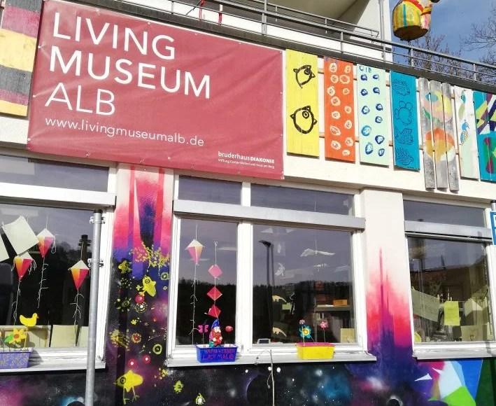 """Außenansicht auf das Living Museum Alb mit Blick auf das Kunstatelier """"Atelier artig"""" im Erdgeschoss. Foto: Argiro Mavromatis"""