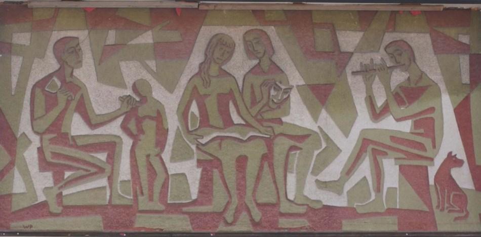 Wilhelm Pfeiffers Sgraffito an der Fassade seines Ateliers zeigt die Musen. Die Figuren sind flächig in weiß, rot und grün angelegt: Ein Bildhauer mit Skulptur, eine sitzende Lesende und eine Figur mit Masek und ein sitzender Flötespieler. Am Ende ein kleiner Hund.