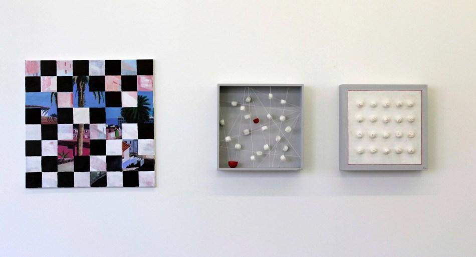 links: Monika Schuh-Wibmer. Mosaikstadt hell, 2020, Acryl auf Leinwand. rechts: Jacqueline Wanner. Poesie in Papier I & II, 2021, Holzkuben, Japanpapier, Fäden. Foto: Julia