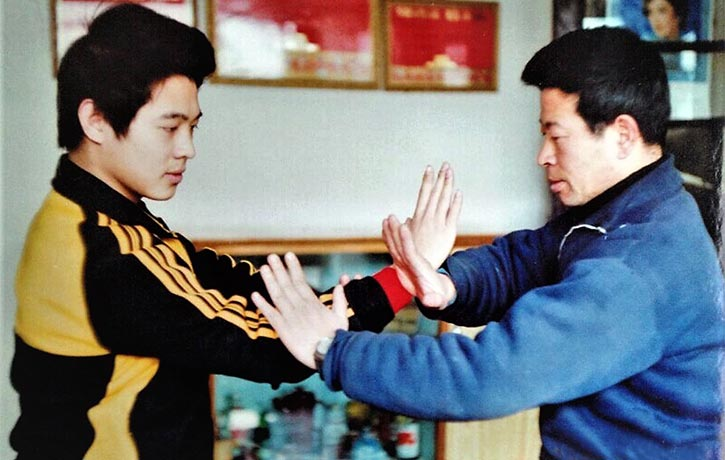 Wu Bin showing Jet Li some applications (1)