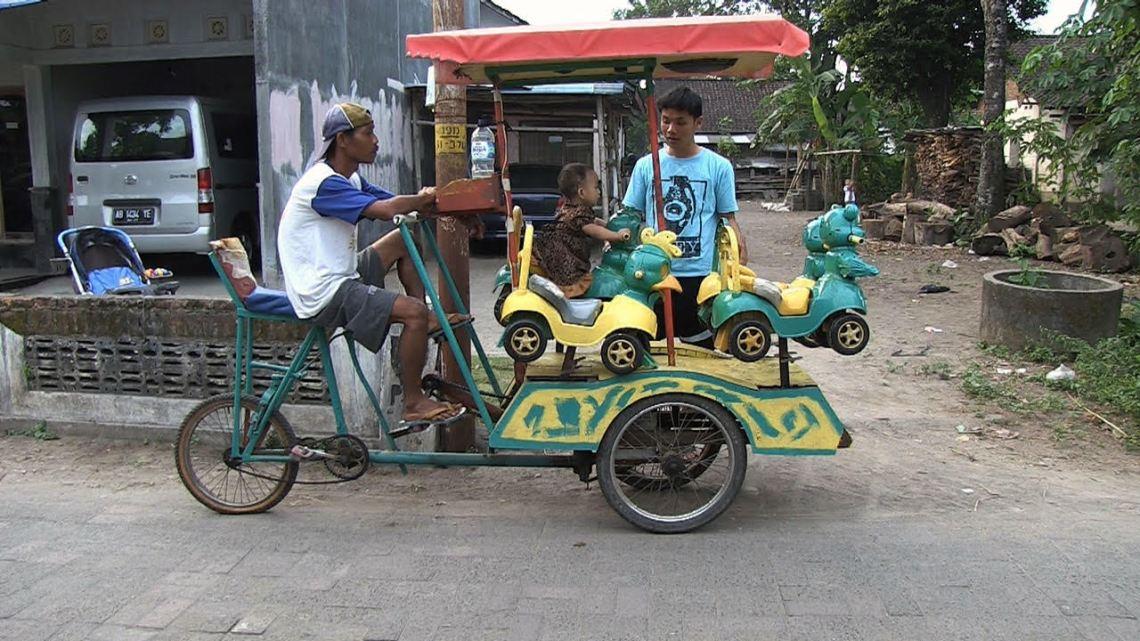 streetvendor-43_man-met-fiets-met-kermis-attractie