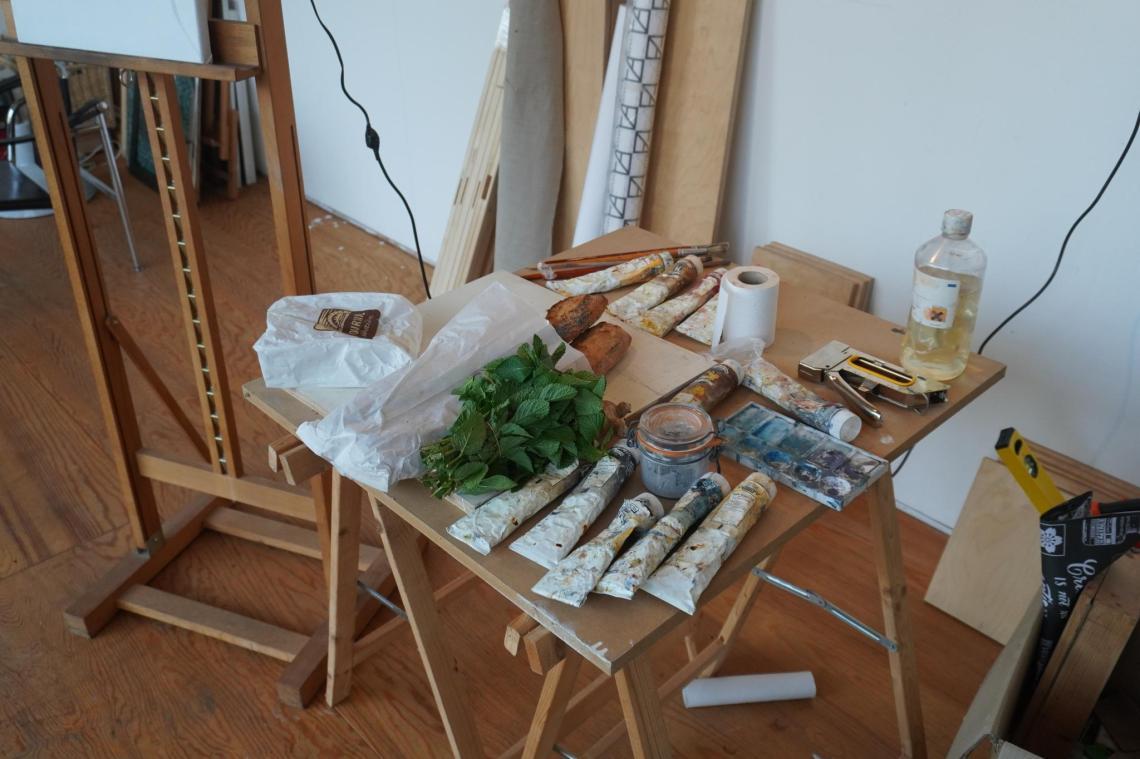 Een tafel in een atelier