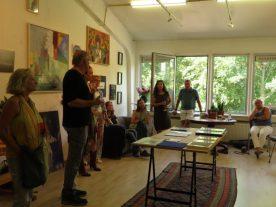 Frits Heimans vertelt over zijn inspiratie Jazz en New York voor de schilderijen die er hingen.