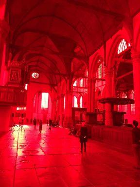 Oude Kerk Amsterdam Giorgio Andreotta Calò beplakte alle ramen met een knalrode folie