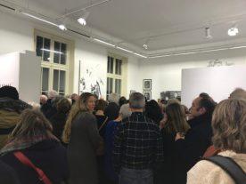 Een opening.... Veel te druk om goed te kijken. Cathelijn van Goor kijkt achterom. Er hangt mooi groot werk van haar op de tentoonstelling. Wel leuk om de kunstenaars zelf te spreken.