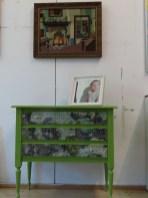 Kastje van Anneke Siesling, schilderijtje van CatsDogville, Kruissteekwerk anonieme kunstenaar.