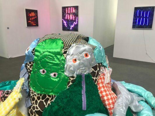 Afra Eisma (detail Alien Couch op voorgrond), Thijs Zweers (achtergrond)