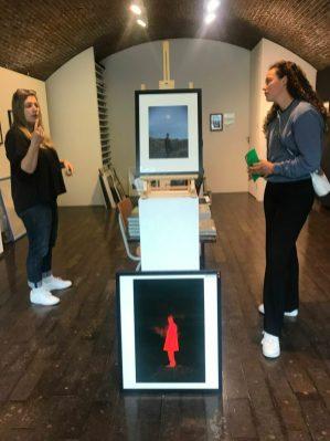 In gesprek met galeriehoudster van ElliottHalls tijdens Vlieland tentoonstelling David van Dartel.