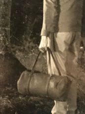 Erwin Olaf, detail In der Abenddämmerung. (..de andere man, zonder wandelschoenen en met een weekeindtas in een gespannen hand, blijft achter.)