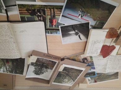 Werktafel Borealis Jeroen Toirkens en Jelle Brandt Corstius in Fotomuseum Den Haag. Dagboek, planning, eerste prints en bladeren uit het boreale bos.