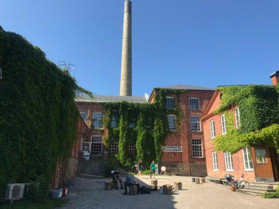 Deel van oude bakstenen papierfabriek met ateliers en tentoonstellingsruimte. Not Quite, Fengersfors, Zweden