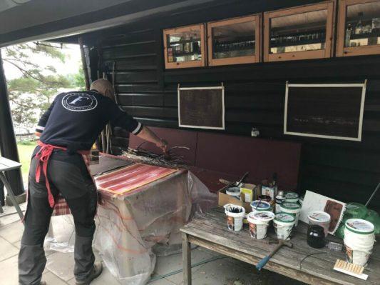 Antoon Loomans aan het werk in zijn buitenatelier in Henneviken.