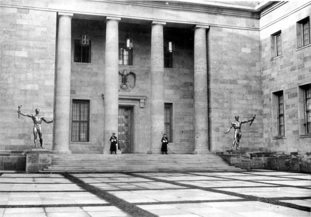 Reichskanzlei - Binnenhof met beelden Arno Breker