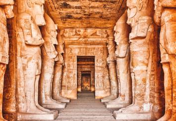 Beelden van Osiris binnen in de tempel