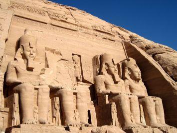 Beelden van Ramses II op tempel van Aboe Simbel