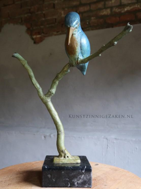 bronzen beeld ijsvogel op tak