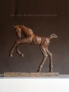 Bronzen beeldje springend veulen