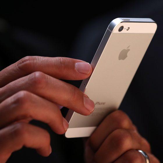 【一瞬で取外し可能】iPhoneを車のダッシュボードに装着するアイディア!