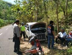 Kaget Hindari Kendaraan Lain, Daihatsu Xenia Ringsek Setelah Menabrak Pembatas